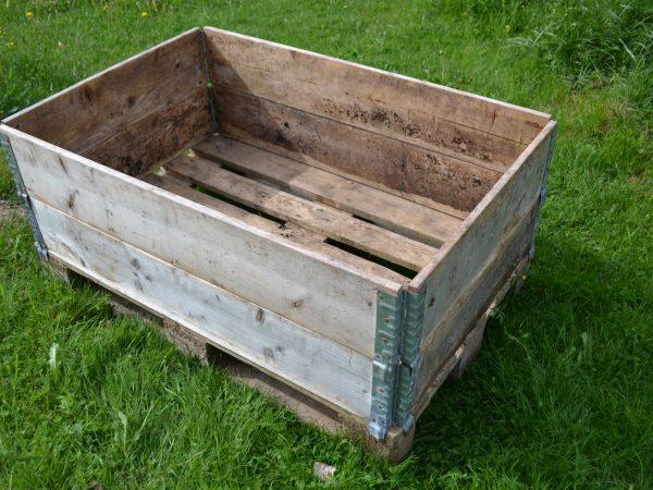 En lastpall med två monterade pallkragar ovanpå.