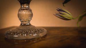 Glasskål med blomsterarrangemang