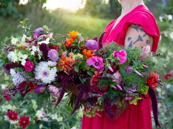 Sara håller ett stort fång blandade blommor.